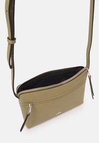 PARFOIS - CROSSBODY BAG BALLOON - Across body bag - light grey - 2