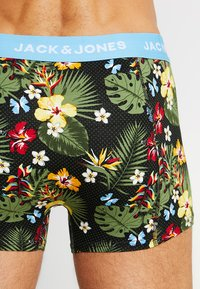 Jack & Jones - JACCRAZY FLOWER TRUNKS 3 PACK - Shorty - fiery red/black/riffle green - 2