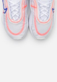 Nike Sportswear - AIR MAX 2090 - Sneakers laag - white/racer blue/flash crimson/metallic silver