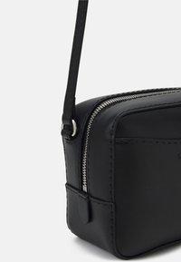 Calvin Klein Jeans - CAMERA BAG - Skulderveske - black - 3