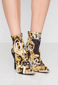 Versace Jeans Couture - Højhælede støvletter - multicolor - 0
