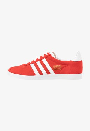 GAZELLE - Joggesko - red/footwear white/gold metallic