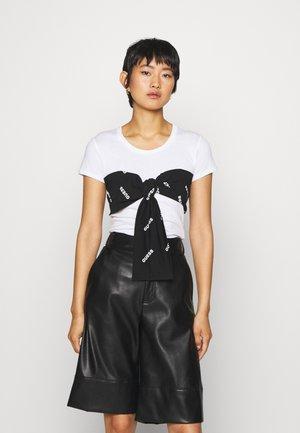 LUCREZIA  - T-shirts med print - true white