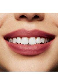 MAC - POWDER KISS LIQUID LIPCOLOUR - Liquid lipstick - more the mehr-ier - 2