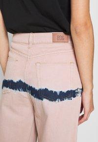 BDG Urban Outfitters - PUDDLE  - Vaqueros boyfriend - pink tie dye - 4