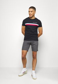 Tommy Hilfiger - GLOBAL STRIPE TEE - T-shirt imprimé - blue - 1