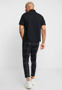 Only & Sons - ONSLINUS CHECK PANT - Trousers - dark navy - 2