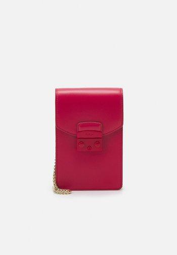 METROPOLIS MINI VERTICAL CROSSBODY - Across body bag - ruby
