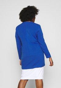 ONLY Carmakoma - CARKATHARINA SPRING COAT - Kort kåpe / frakk - mazarine blue - 2