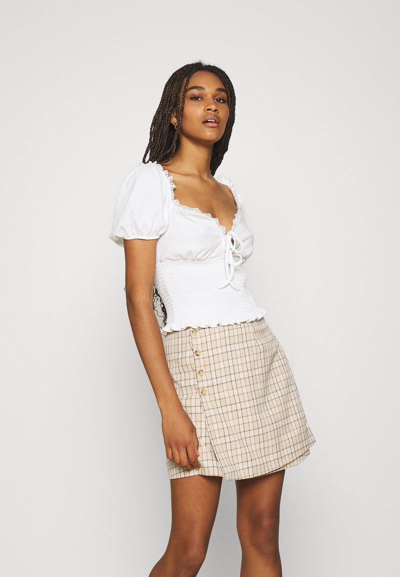 Glamorous - SMOCKED CROP WITH PUFF SHORT SLEEVES - Print T-shirt - off white