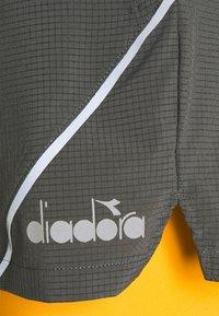 Diadora - DOUBLE LAYER BERMUDA - Sportovní kraťasy - saffron/gray quiet shade - 2