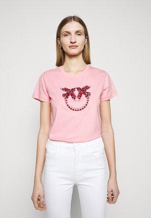 QUENTIN - Print T-shirt - rosa