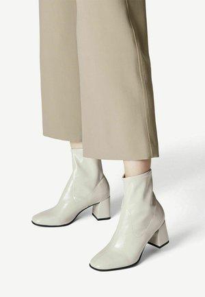 Korte laarzen - dusty grey pat