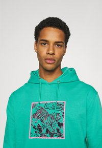 Urban Threads - FRONT & BACK GRAPHIC HOODY UNISEX - Hoodie - green - 3