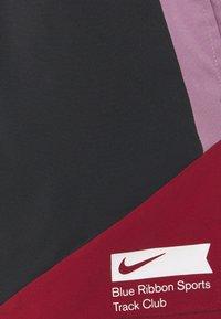 Nike Performance - STRIDE SHORT BLUE RIBBON SPORTS - Pantalón corto de deporte - black/violet dust/team red/white - 2