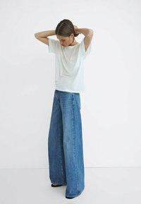 MIT HOHEM BUND UND WEITEM BEIN - Flared Jeans - dark blue