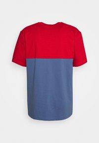 adidas Originals - SLICE BOX - T-shirt z nadrukiem - crew blue/scarlet - 6