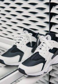 Nike Sportswear - AIR HUARACHE UNISEX - Baskets basses - black/white - 3
