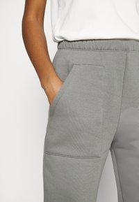 Nly by Nelly - COZY POCKET PANTS - Pantalon de survêtement - greige - 4