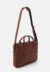 Still Nordic - CLEAN BRIEF ROOM UNISEX - Briefcase - cognac - 1