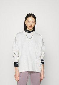 Nike Sportswear - CREW EARTH DAY - Sudadera - oatmeal heather/white - 0