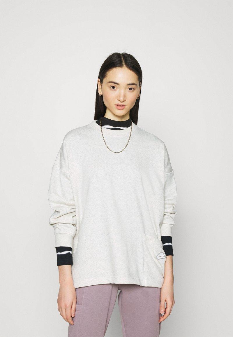 Nike Sportswear - CREW EARTH DAY - Sudadera - oatmeal heather/white