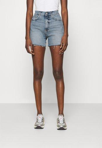 MOM - Shorts di jeans - denim light