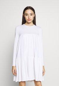 Missguided Petite - TIERED SMOCK DRESS - Sukienka letnia - white - 0
