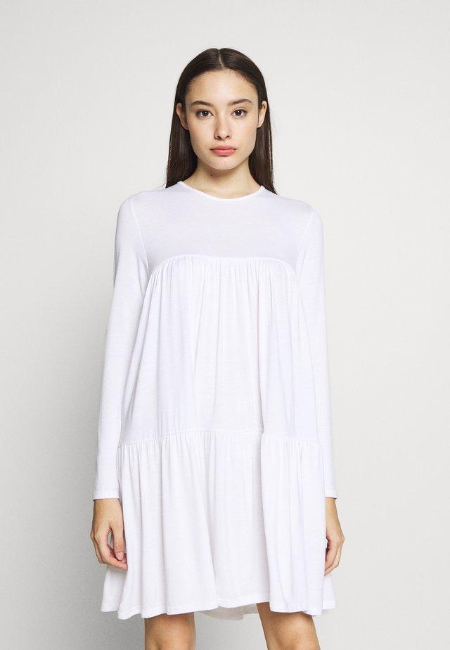 TIERED SMOCK DRESS - Hverdagskjoler - white