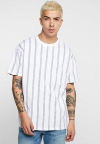 Urban Classics - HEAVY OVERSIZED STRIPE TEE - Print T-shirt - white/navy - 0