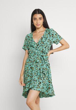 TELSI LEOPARD SHORTSLEEVE REAL WRAP DRESS - Day dress - green