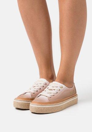 GRADIENT SUNSET - Volnočasové šněrovací boty - white dove
