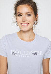 Hollister Co. - TECH CORE - Print T-shirt - light blue - 3
