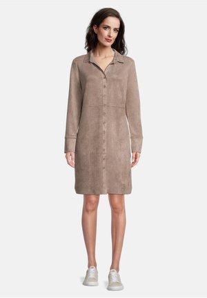 MIT KNOPFLEISTE - Robe chemise - braun