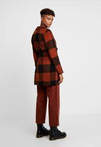 ONLY - ONLFREYA DRAPY CHECK COAT - Short coat - ginger bread/black - 2