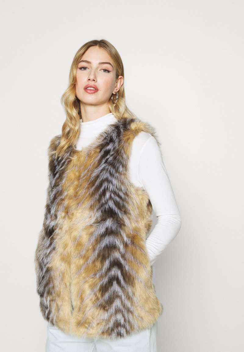 Missguided - CHEVRON TIPPED FUR GILET - Waistcoat - beige