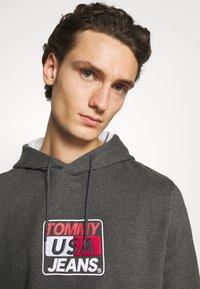Tommy Jeans - ESSENTIAL GRAPHIC HOODIE - Sweat à capuche - dark grey heather - 3