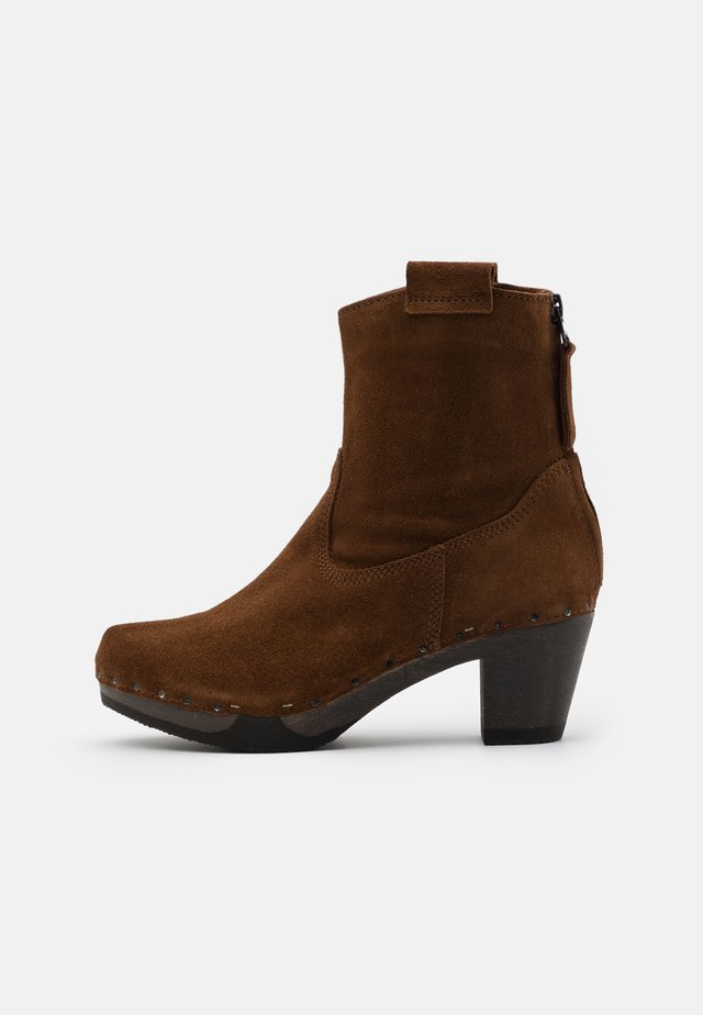 Platform ankle boots - brown