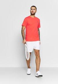 Nike Performance - COURT TEE - Camiseta básica - ember glow - 1