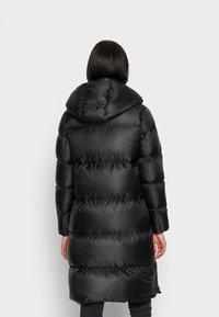 Calvin Klein Jeans - SHINY LONG PUFFER - Kabát zprachového peří - black - 2