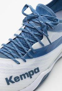 Kempa - WING LITE 2.0 - Handball shoes - white/steel blue - 5