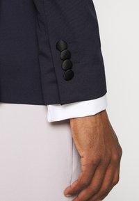 Selected Homme - SLHSLIM SKYLOGAN TUX - Blazer jacket - navy blazer - 5
