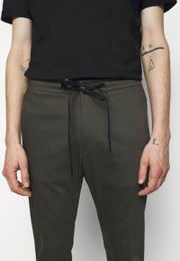 DRYKORN - JEGER - Trousers - mottled olive - 4