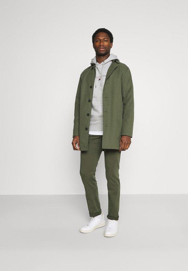 Tommy Hilfiger BLEECKER FLEX - Spodnie materiałowe - army green/ciemnozielony Odzież Męska XCZG