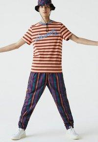 Lacoste - Print T-shirt - orange clair / bleu / marron / rouge - 0