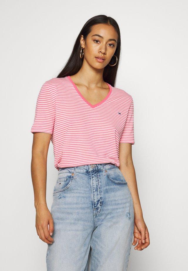 TEXTURE FEEL V NECK TEE - T-shirt z nadrukiem - glamour pink/white