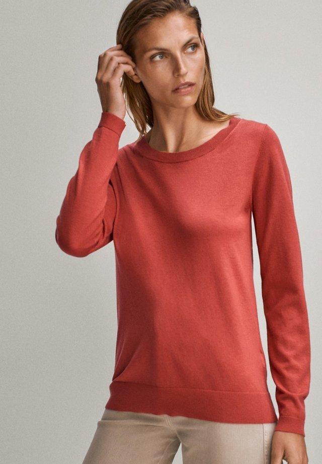 MIT BATEAU-AUSSCHNITT - Sweter - red