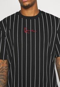 Karl Kani - SMALL SIGNATURE PINSTRIPE TEE UNISEX - T-shirt med print - black/white - 5