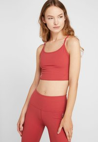 Free People - FP MOVEMENT REVELATION CROP - Linne - red - 0