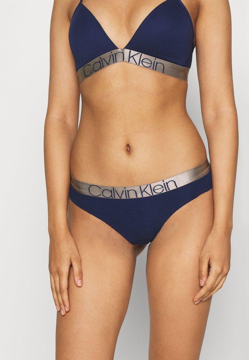 Calvin Klein Underwear - ICONIC THONG - Perizoma - new navy